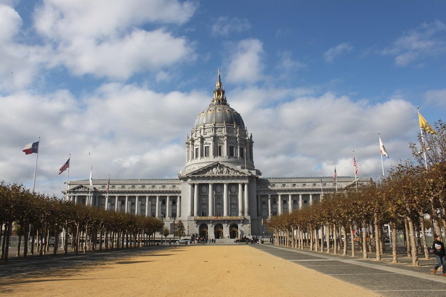 Blick vom Civic Center Plaza auf das stattliche Radhaus von San Francisco