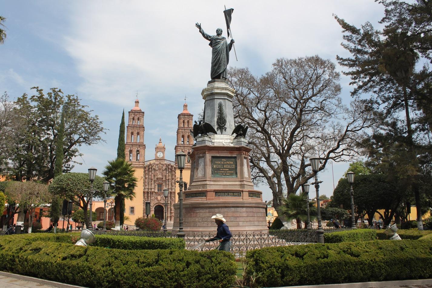 Mit rechten Faust gen Himmel gestreckt ruft Pater Hidalgo zum Widerstand auf.