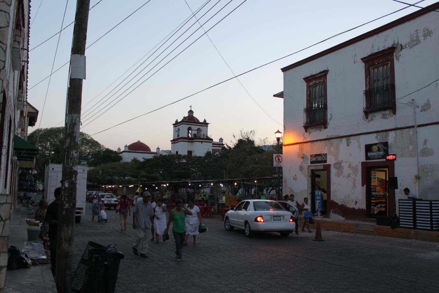 In der Nähe des Marktes war auch noch am Abend reges Treiben.
