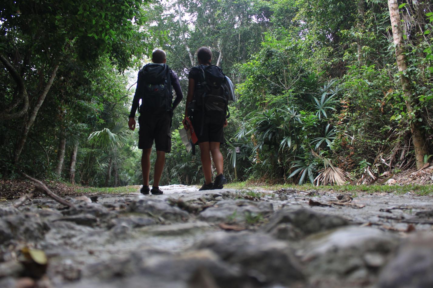 Auf kleinen Pfanden suchen wir die im Dschungel versträuten Ruinenanlagen.