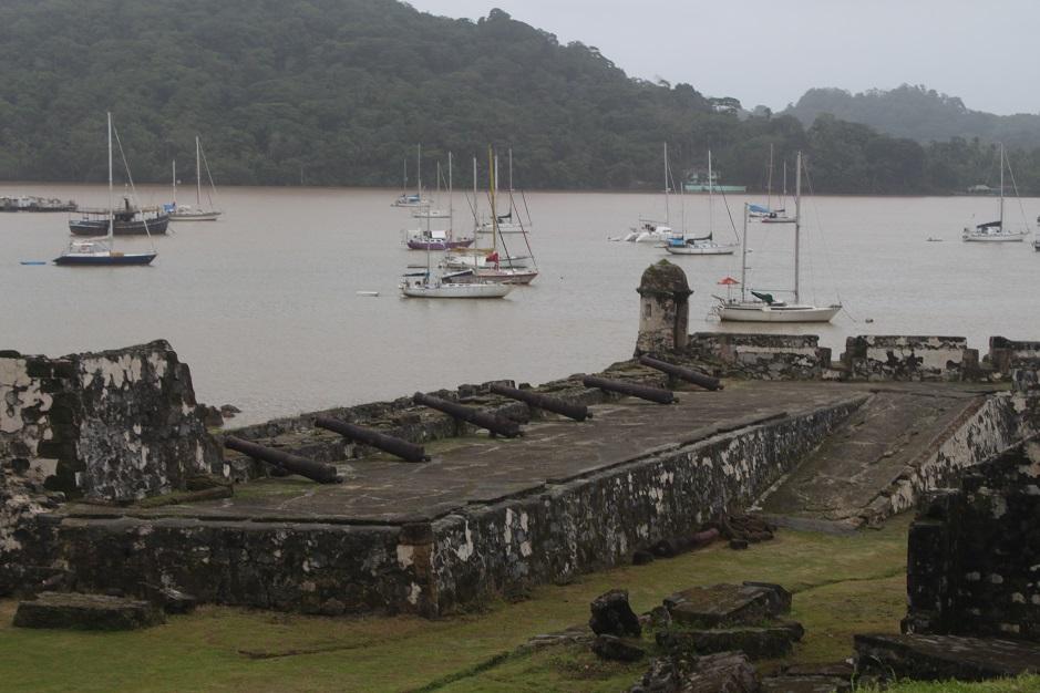 Bei der Einfahrt in die Bucht von Portobelo schoßen uns sofort Szenen aus Piratenfilmen durch den Kopf.