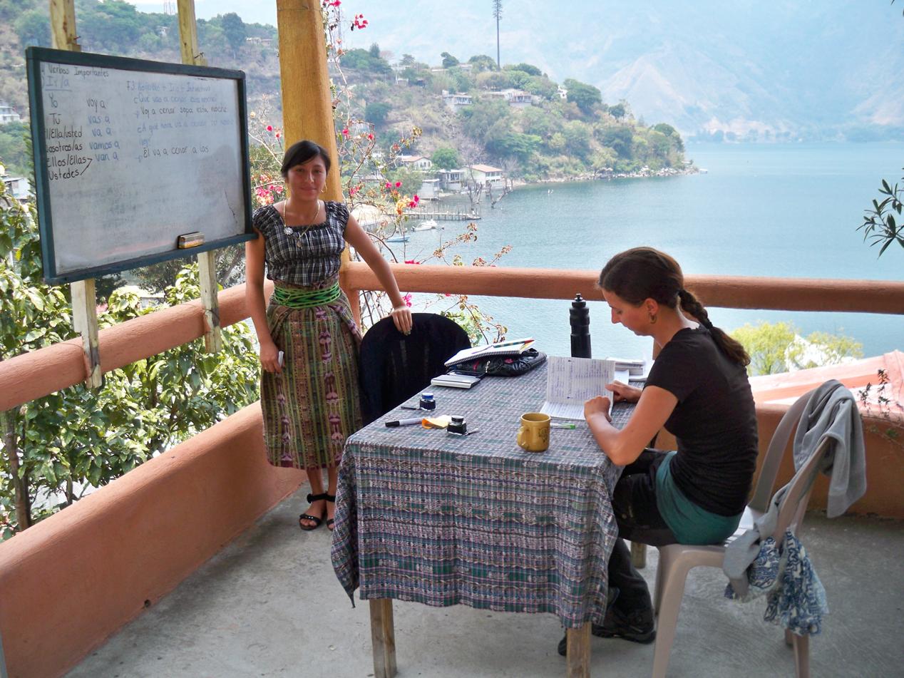 Elisabeth und Anja beim Unterricht.