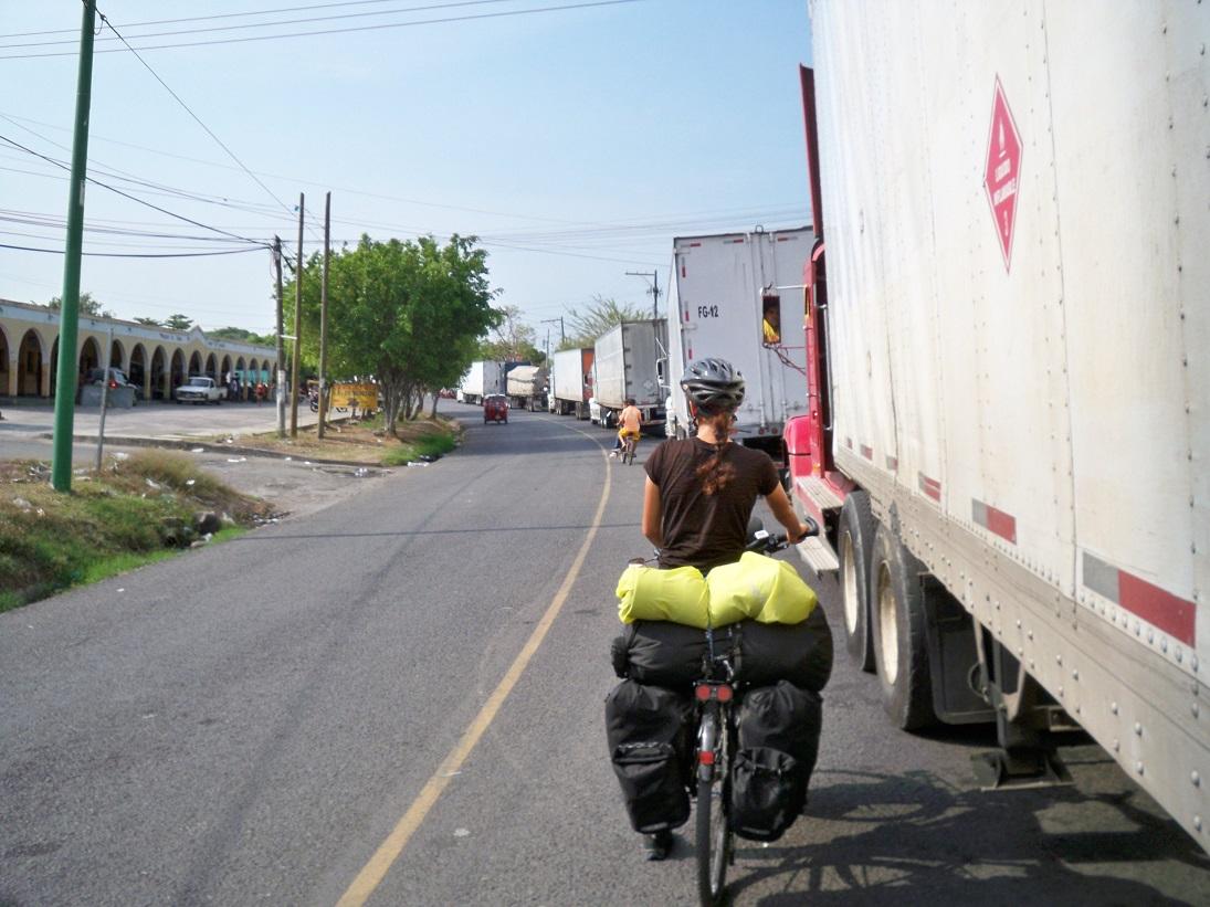 Zum Glück sind wir mit dem Fahrrad unterwegs, denn die Schlange für Fahrzeuge war 5 Kilometer lang.