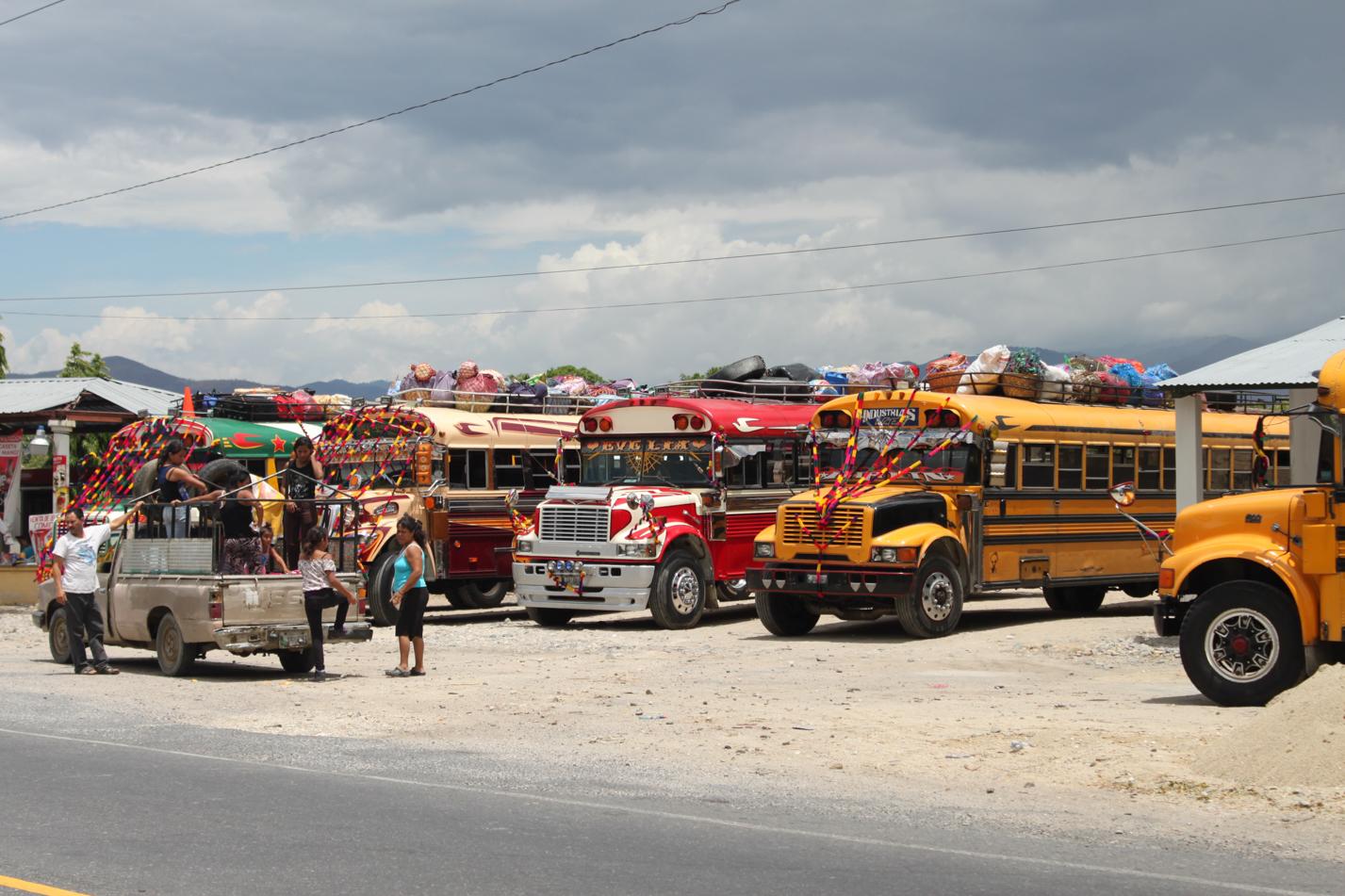 Der ausgemusterte amerikanische Schulbus ist DAS Fortbewegungsmittel in Centralamerika.