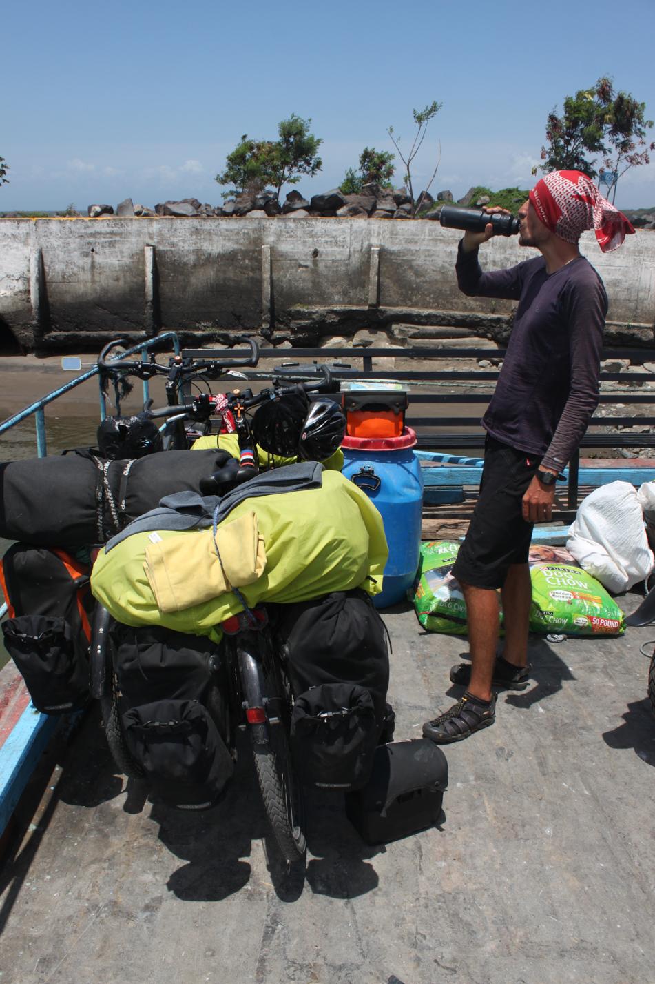 Mit einem Boot ging es für uns zur Insel Ometepe, zur Stadt Moyogalpa.