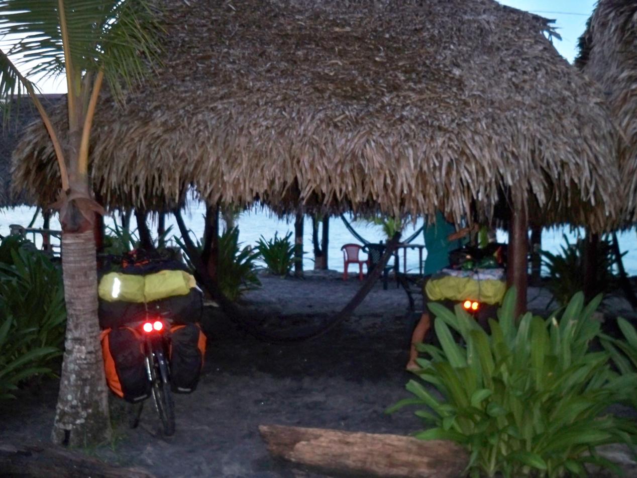 Am Strand von Palmar durften wir unter dieser Palapa unser Zelt aufschlagen.