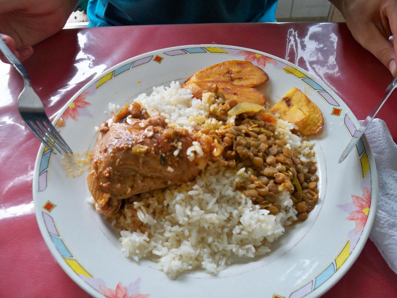 Dies ist ein typisches Mittagsmenü, welches wir hier in Panama in den Straßenlokalen serviert bekommen.