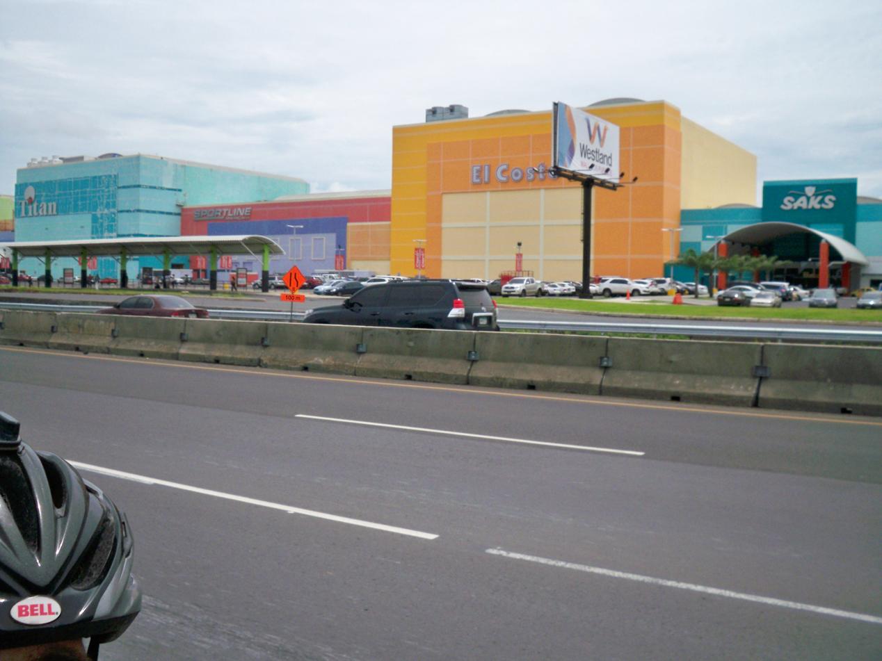 Bei vielen Sachen haben sich die Panamesen ein Vorbild an der USA genommen. Wie hier säumen unzählige große Malls das Land. Hier sind wir an mehr Einkaufszentren entlanggeradelt als in der USA.