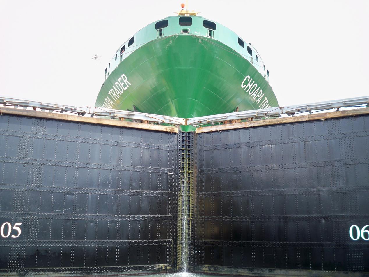 Gatún-Schleusen Hier wartet ein Frachter, dass er auf den Atlantik darf.