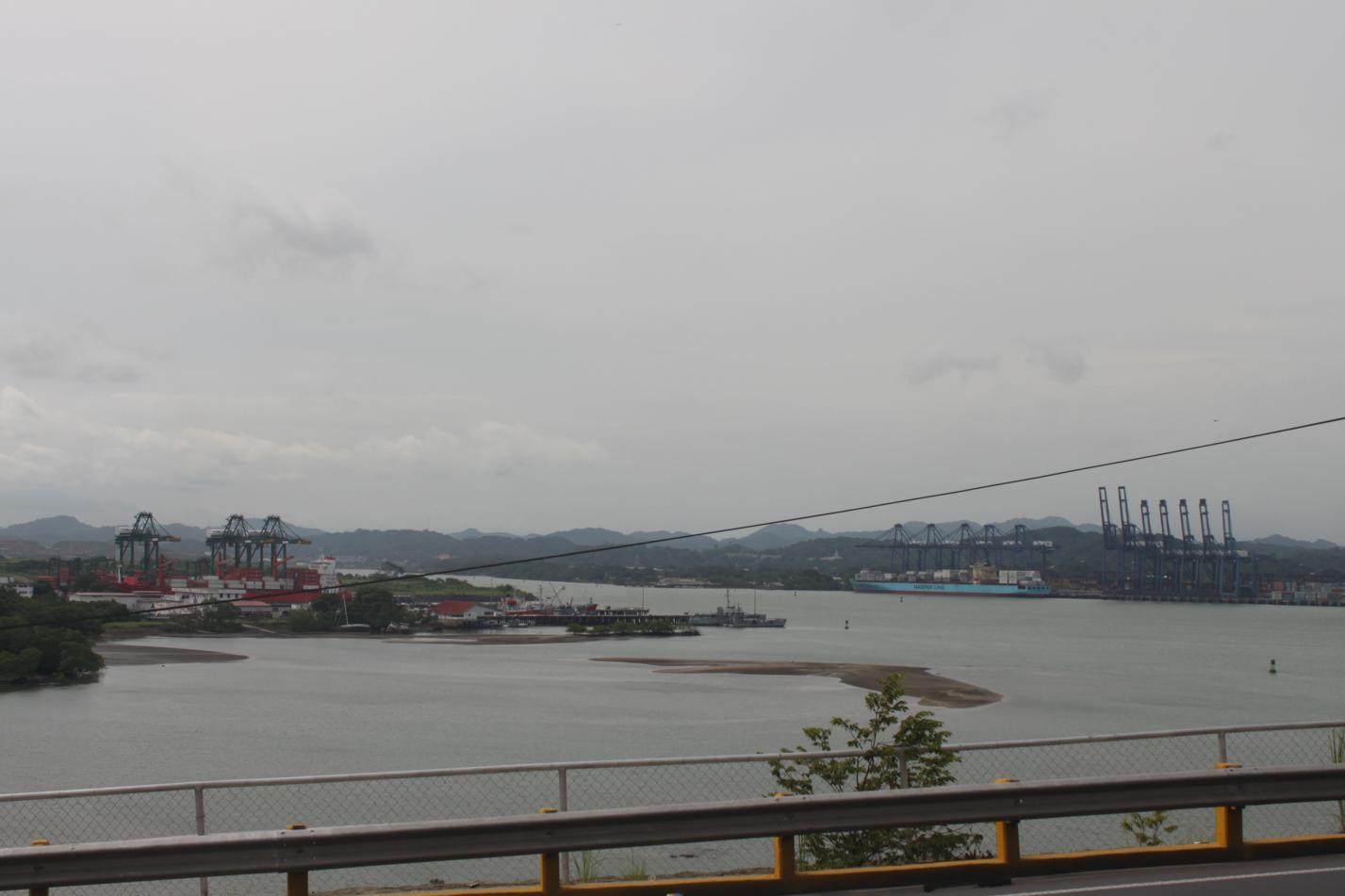 An dieser Stelle beginnt der Panamakanal und bringt große Ozeanriesen von dem Pazifischen Ozean zum Atlantik.