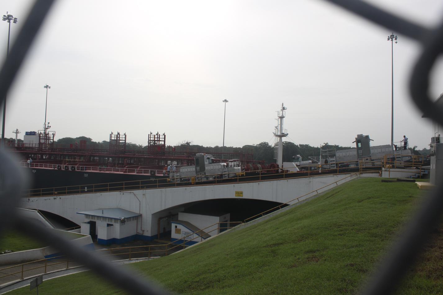 In den Schleusen werden die Frachter durch Lokomotiven manövriert.