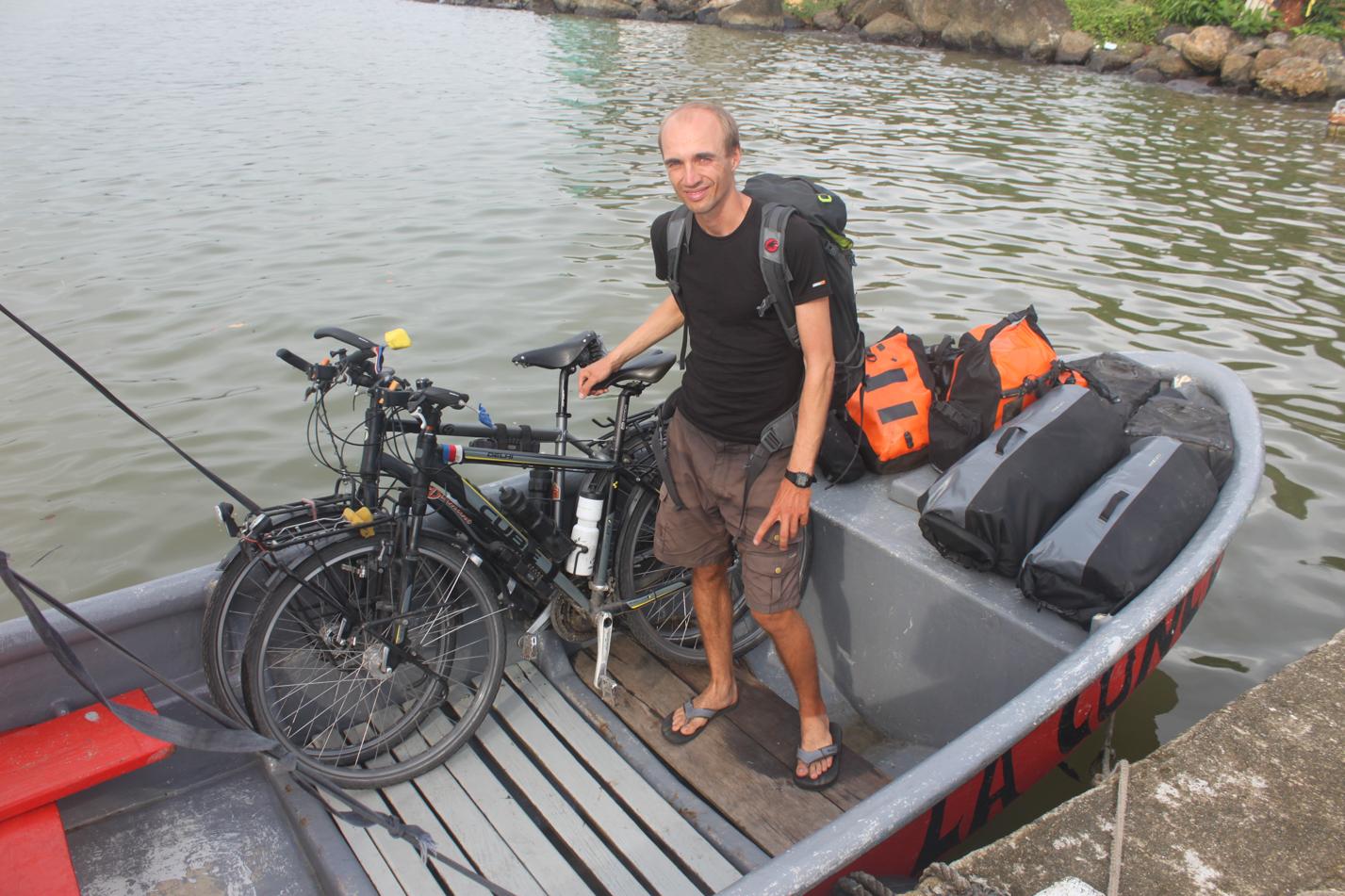 Da es in Portobelo keine Marina gibt, mussten unsere Sachen zunächst auf ein kleineres Boot geladen werden, welches uns dann zu unserem Segelschiff brachte.