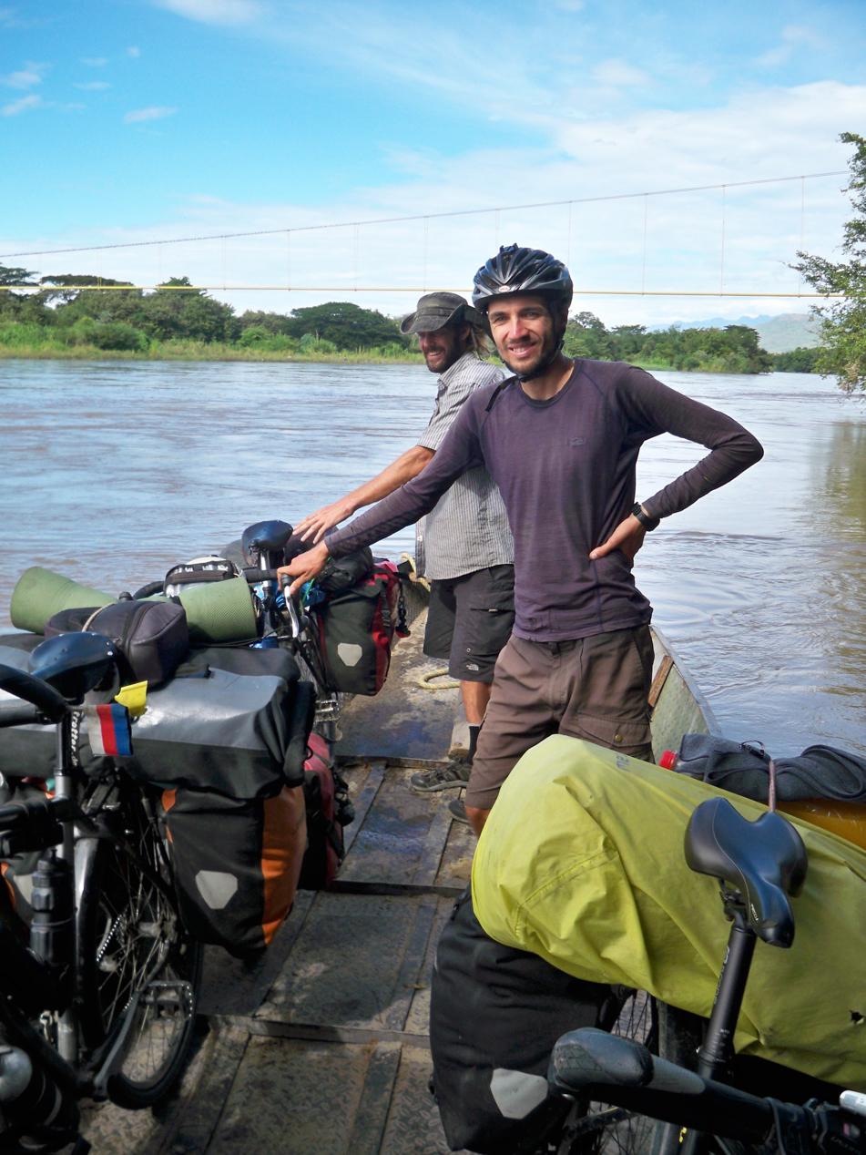 Ein kleines Fährboot brachte uns über den Rio Magdalena.