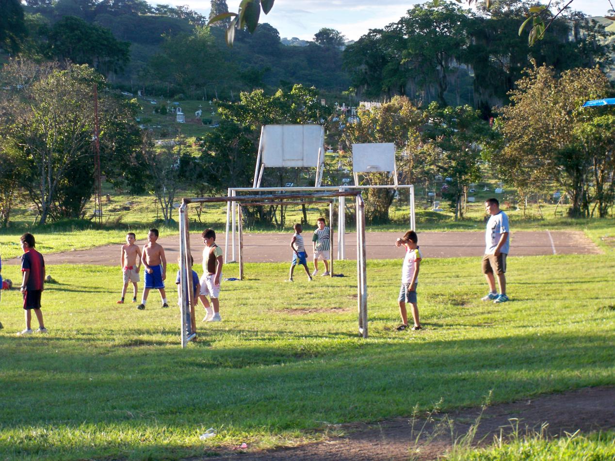 Die Dorfjugend von Timana beim Fußball. Ein großes Thema hier in Kolumbien.