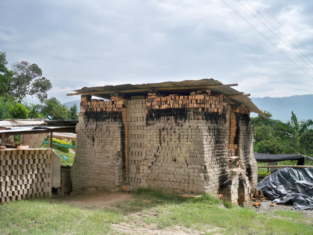 Einer von vielen Brennöfen. In diesen werden Lehmsteine gebrannt. Diese Konstruktionen sind immer wieder sehr aufregend. Bei Betrieb glaubt man von der Fren, dass das nächste Dorf in Flammen steht.