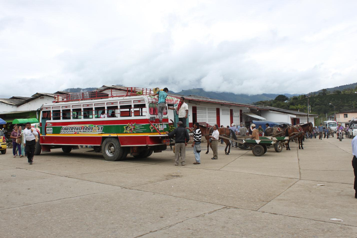 Auch um den Mercado herrscht stets ein reges Treiben. Busse halten und bringen Nachschub.