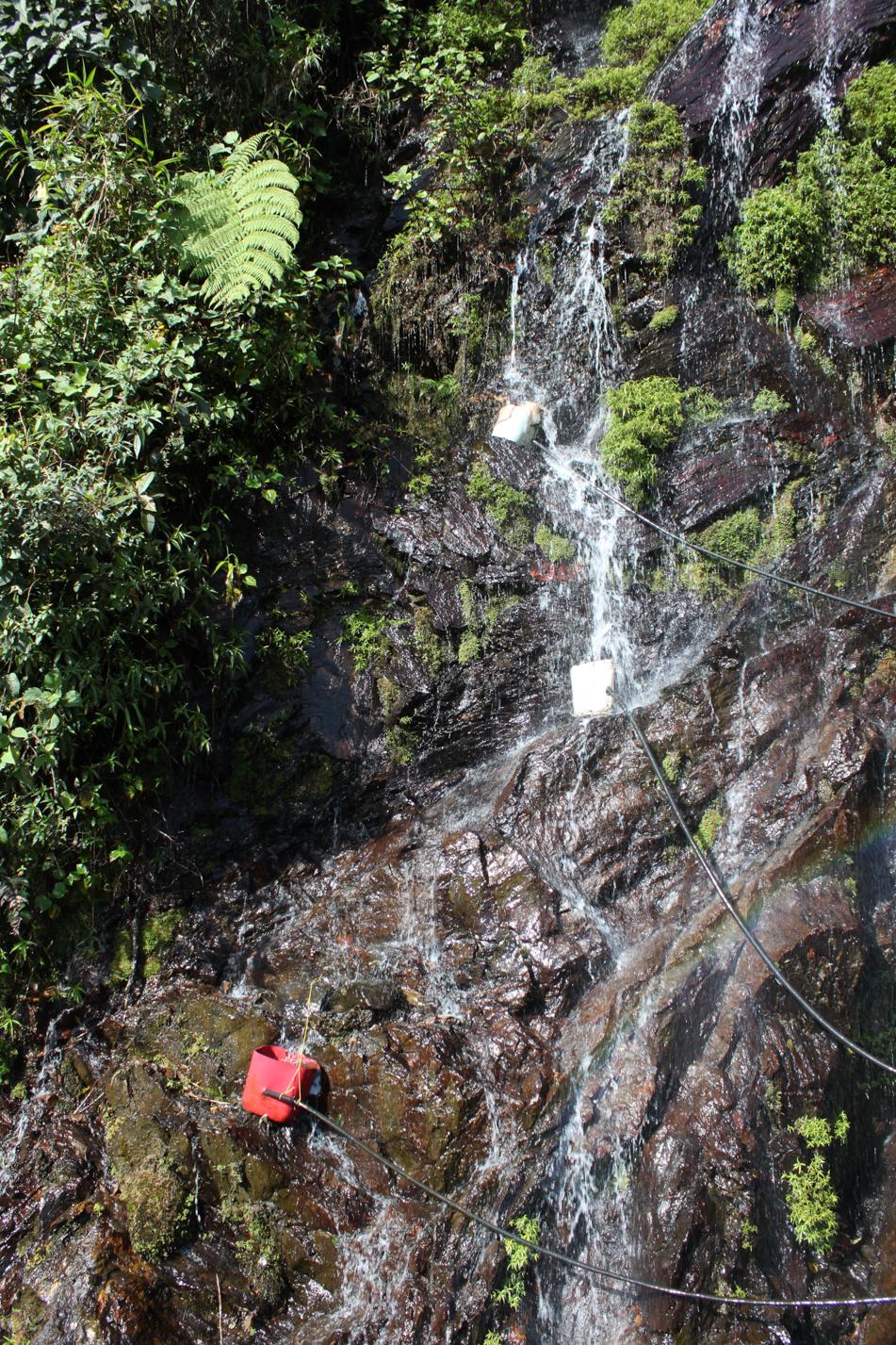 So sieht hier in den Bergen die Wasserversorgung aus: An höher gelegenen Wasserführungen wird  mit einem Gefäß Wasser gesammelt. An diesem Gefäß ist ein Schlauch angeschlossen, welcher mit einer Abenteuerlichen Führung am Ende ein Haus mit Wasser versorgt.