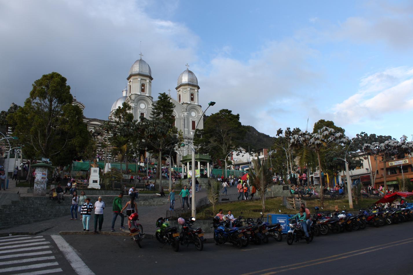 Blick auf den Hauptplatz von der Bergstadt Yarumal.