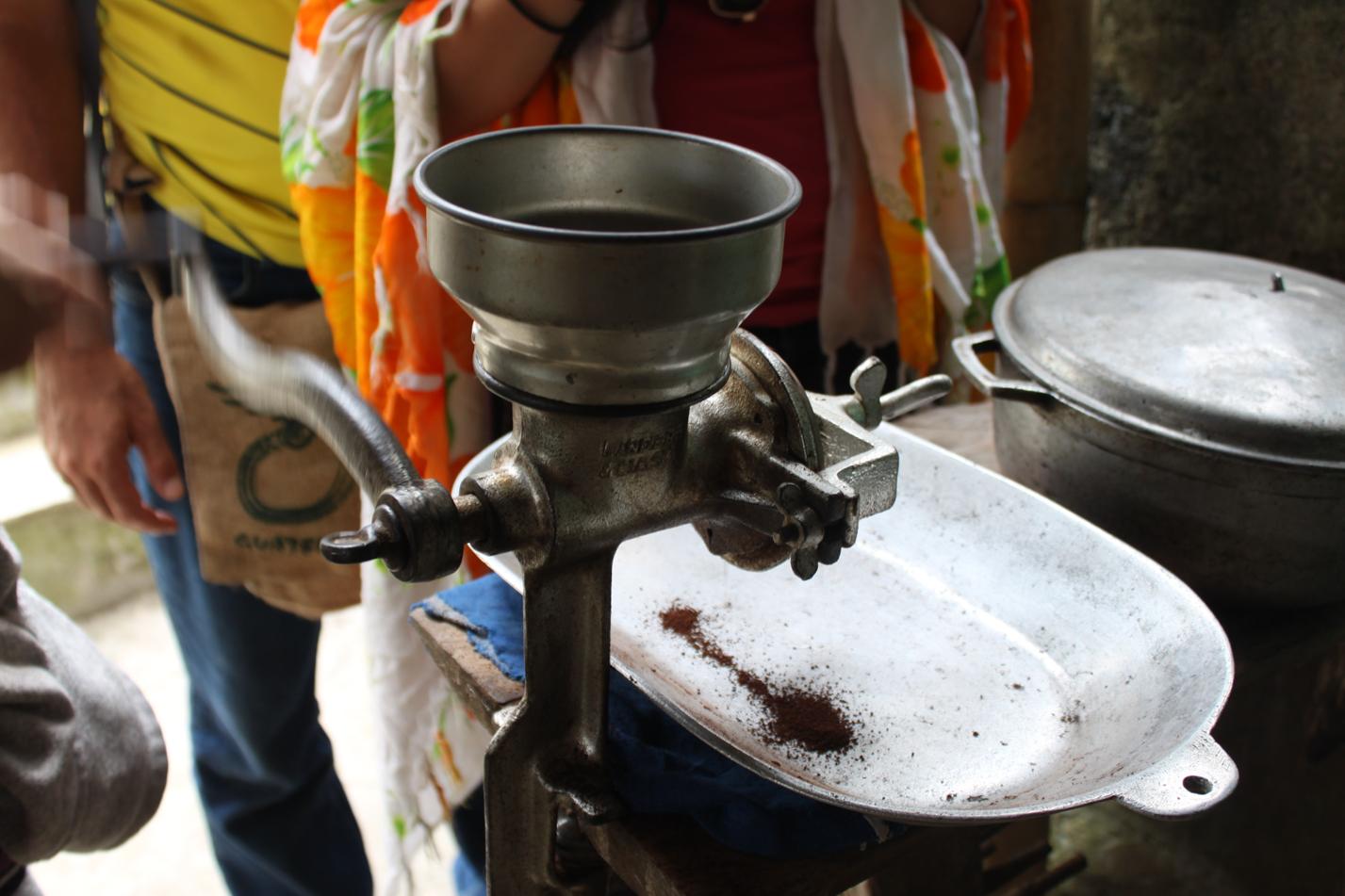 Beim Mahlen der Kaffeebohnen breitete sich ein himmlische Duft aus.
