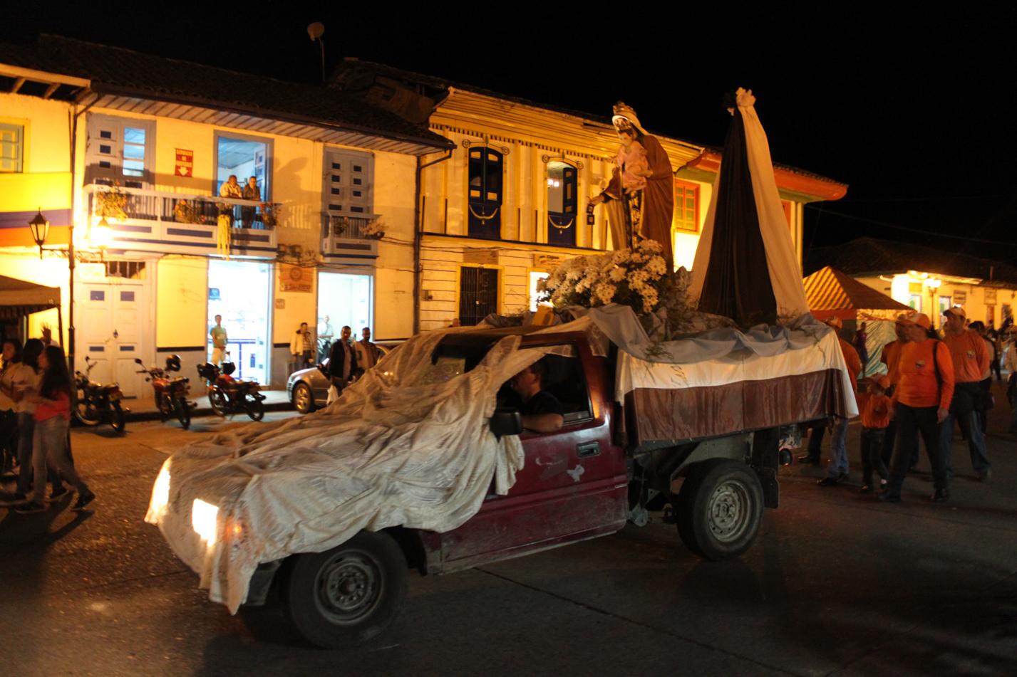 Eines Abends gab es eine Prozession um den Dorfplatz. Hier ist das Transportmobil für die Heiligenstatuen zu sehen. Wer sollte diese denn auch tragen... Der Einsatz von diesem Mobil, bei dem Transport der Maria nach Rosenthal, scheitert wohl daran, dass die Druschkas noch keinen Führerschein haben.
