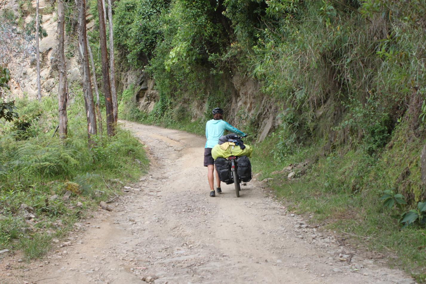Zum Auftakt des Tages konnten wir unsere Räder steile sandige Wege hochschieben.