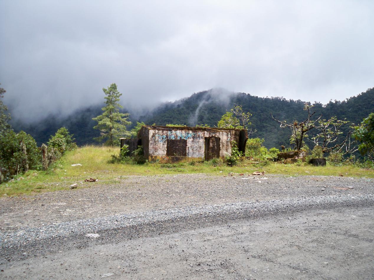 Eines der vielen verlassenen Häuschen entlang der Strecke.