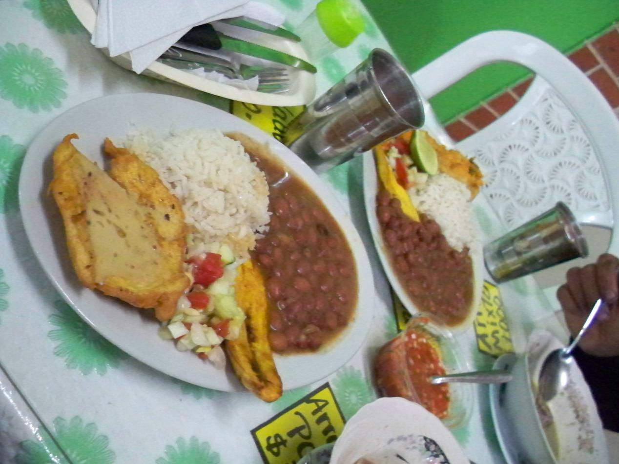 Ein typische kolumbianisches Gericht. Dazu gibt es immer noch eine Vorsuppe und ein Getränk.