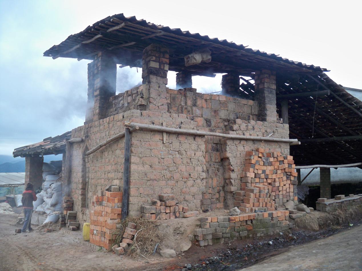 Das ist einer der vielen Brenn- / Trockmungsöfen, wie man sie um Pasto findet.