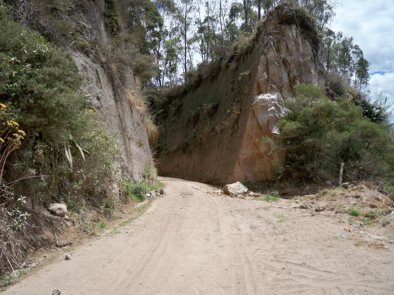 Wir fanden in einem Blog den Hinweis, dass man auf dieser alten Eisenbahntrasse direkt bis nach Tumbaco kommt. Die Strecke war dann aber mit mehreren Erdrutschen teils zugeschüttet und mit bis zu 10 cm Staub bedeckt. Dies machte das Vorrankommen zu einer leichten Quälerei und wir nahmen bei der nächsten Kreuzung  mit der Hauptstraße, wieder den Hauptweg.