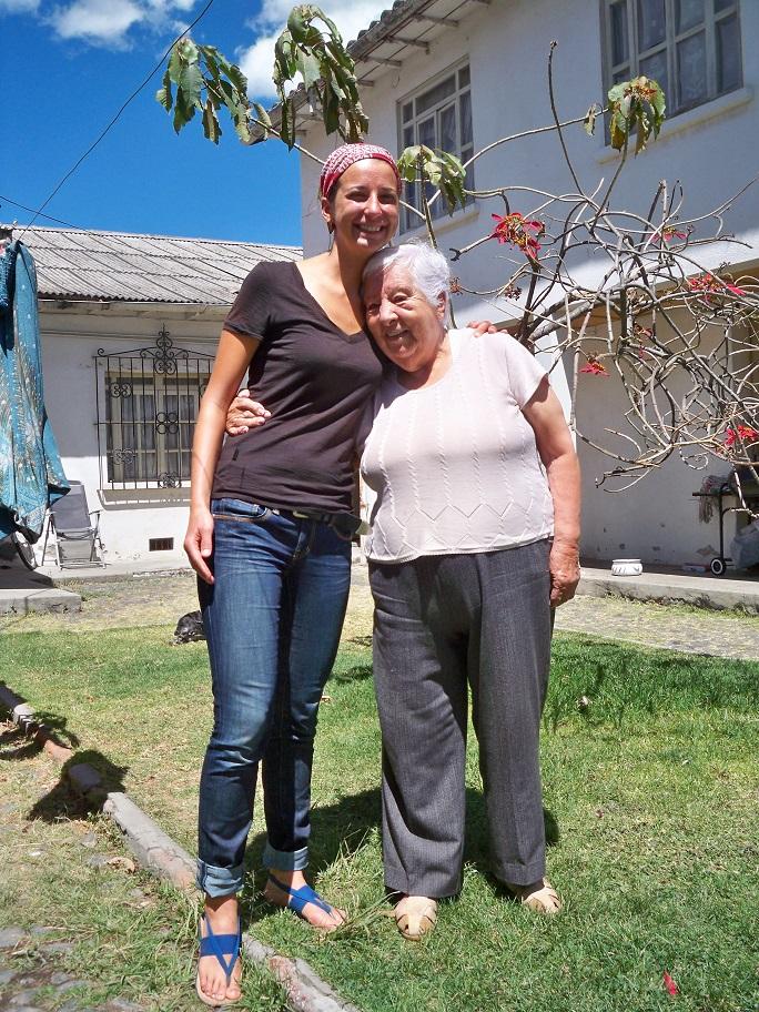 Die Mutter von Santiago liebt es, dass immer Besuch da ist. Sie ist 85 und steigt immer noch allein in den Bus nach Quito.