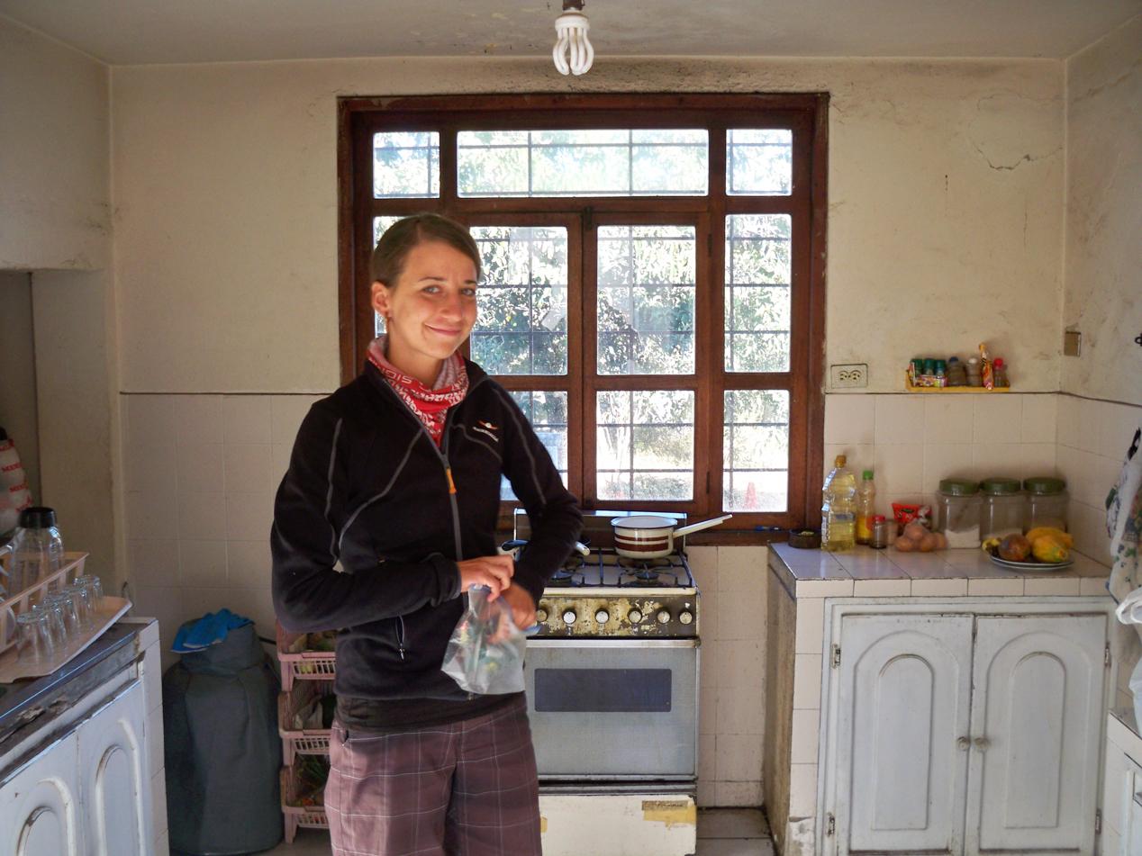 Anja packt unsere letzten Sachen in der Küche von Santiago zusammen.