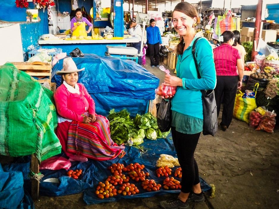 Hier sind wir grad auf unserer Versorgungsrunde, auf dem Markt von Caraz, unterwegs. Es reihen sich hier Obst-, Gemüse-, Bröttchen-, Käse-, Fleisch- und Fischstände aneinander. Den Anblick der letzten Beiden ersparen wir euch lieber.