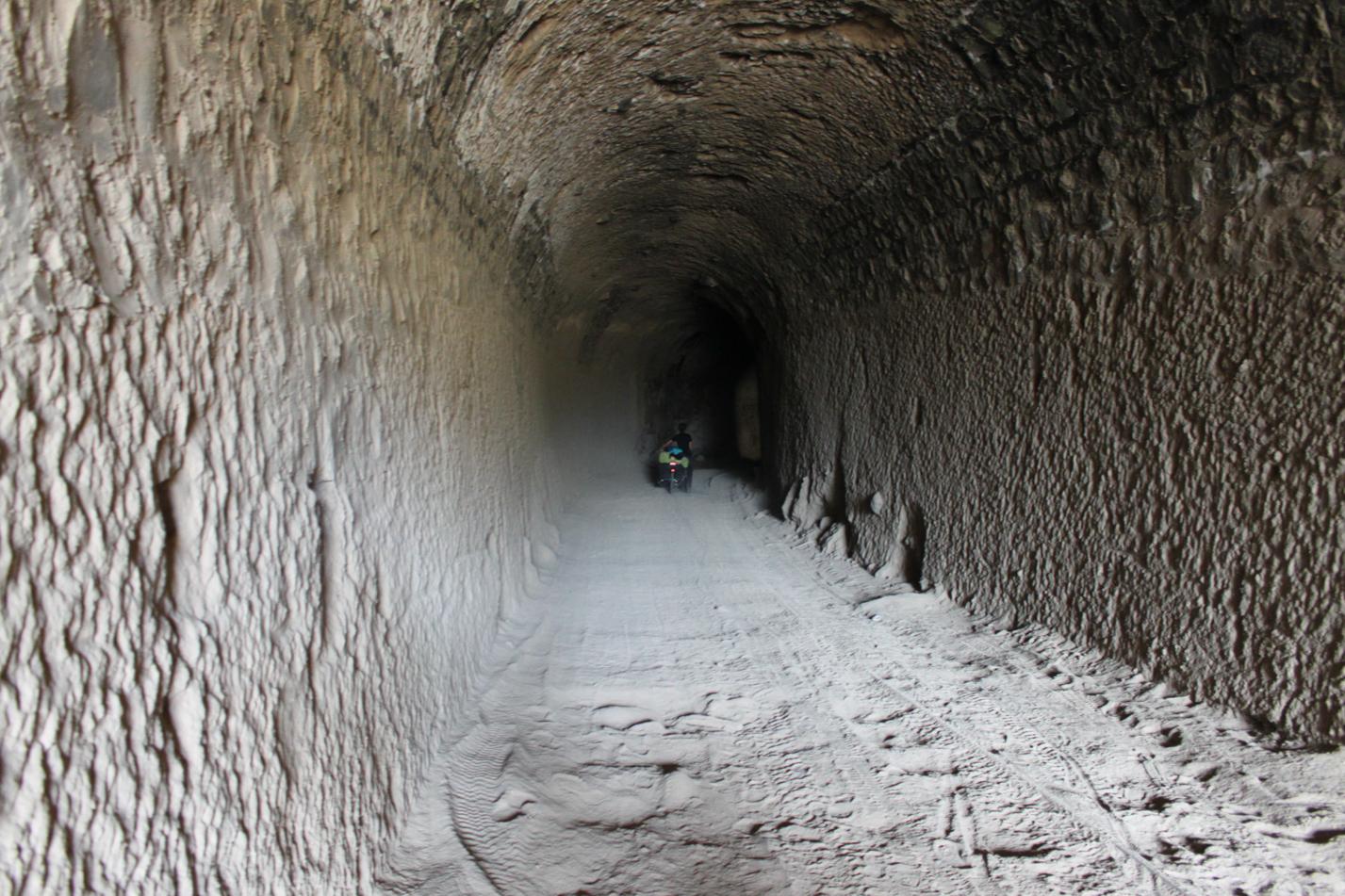 Entlang der Eisenbahntrasse gab es auch immer wieder Tunnel zu durchqueren. In einigen hat man die Hand vor Augen nicht gesehen.
