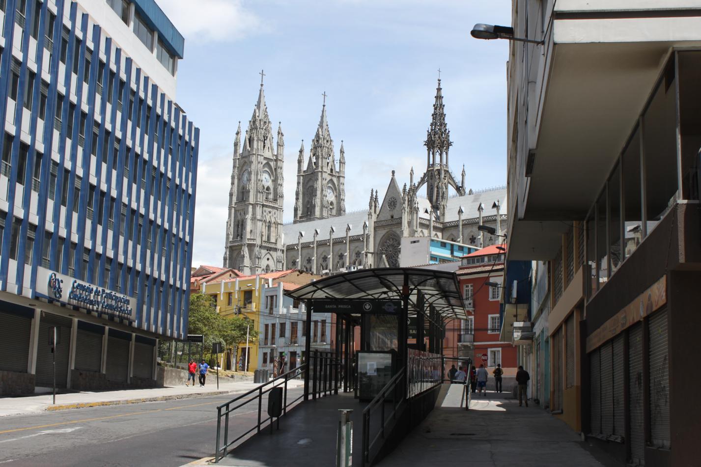 Basílica del Voto Nacional im Hintergrund und eine Metrobusstation im Vordergrund. Mit diesen Metrobussen kann man sich in Windeseile durch die Stadt bewegen,