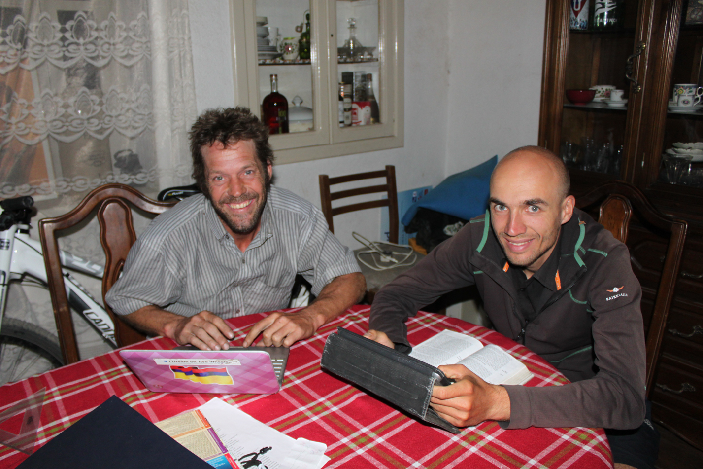 James und ich bei der Planung der nächsten Etappe.