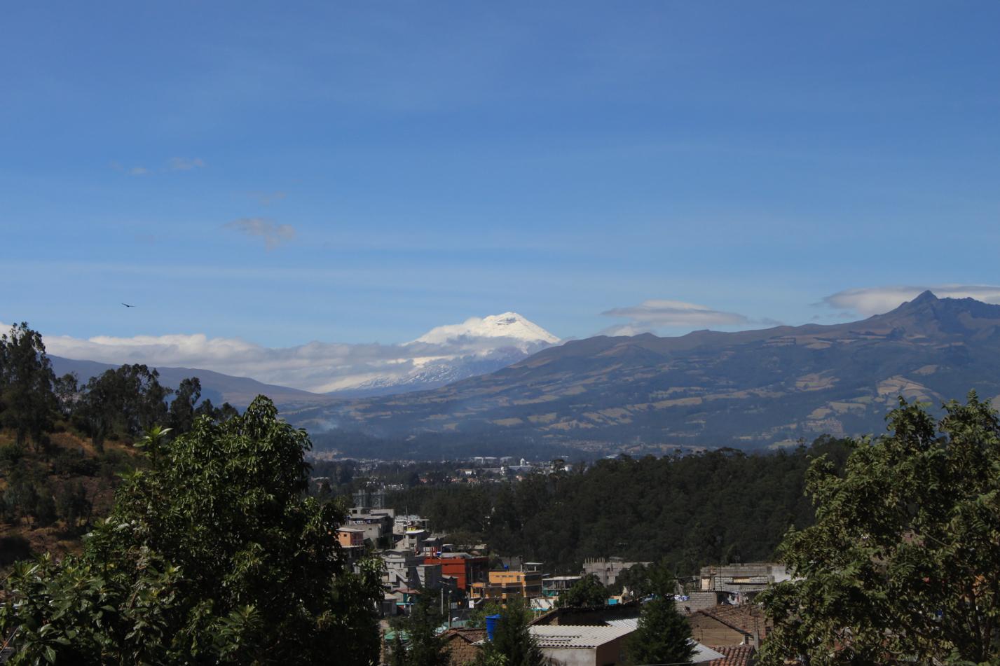 Nach einer Kurve bekamen wir einen guten Blick auf unser Ziel. Der Vulkan Cotopaxi erwartet uns schon.