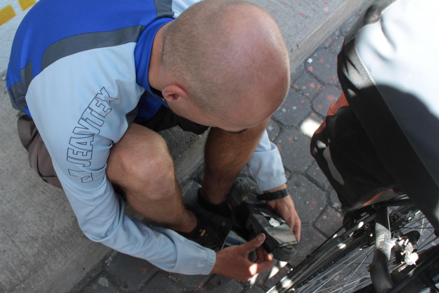 Professionelle Schuhreparatur. Eine Rolle Klebeband gehört zu unserem wichtigstem Reparaturmitteln. Damit kriegt man einfach alles wieder ganz. Löcher in den Taschen, zum Abdichten von zu großen Löchern am Fahrradreifen und zum Reparieren von Schuhen.