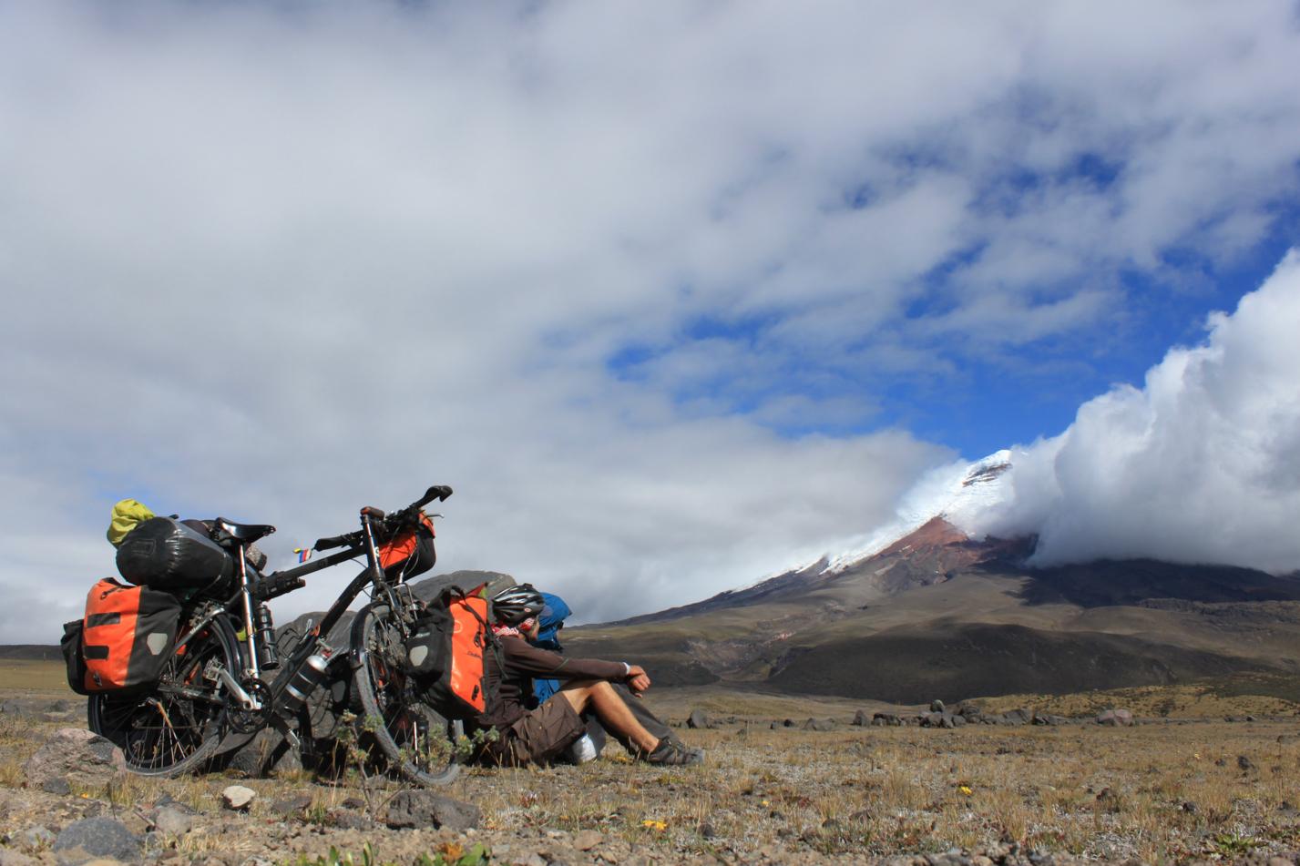 Für kurze Momente, haben sich die Wolken verzogen. Im Windschatten eines großen Steines, haben wir dem Wolkenspiel, um den Krater, zugesehen.