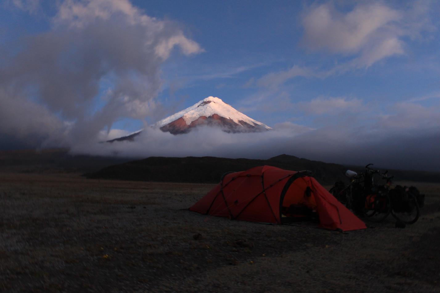 Am Abend haben sich die Wolken um den Krater des Cotopaxi gelichtet und wir haben die Schneekuppe nochmal zu Gesicht bekommen.