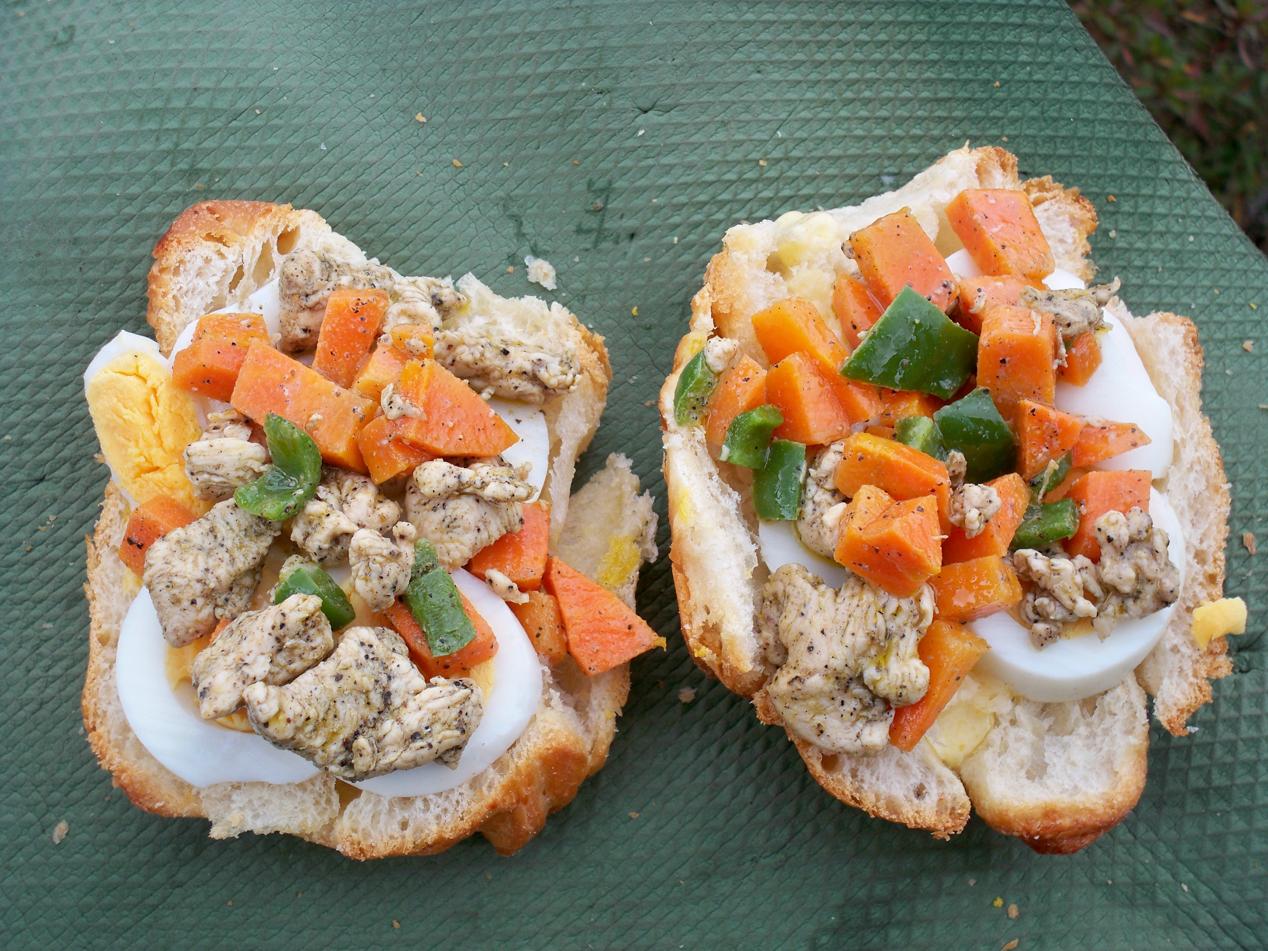 Das war unser Mittagssnack. Heute sogar in fortgeschrittener Version mit Hühnchen.