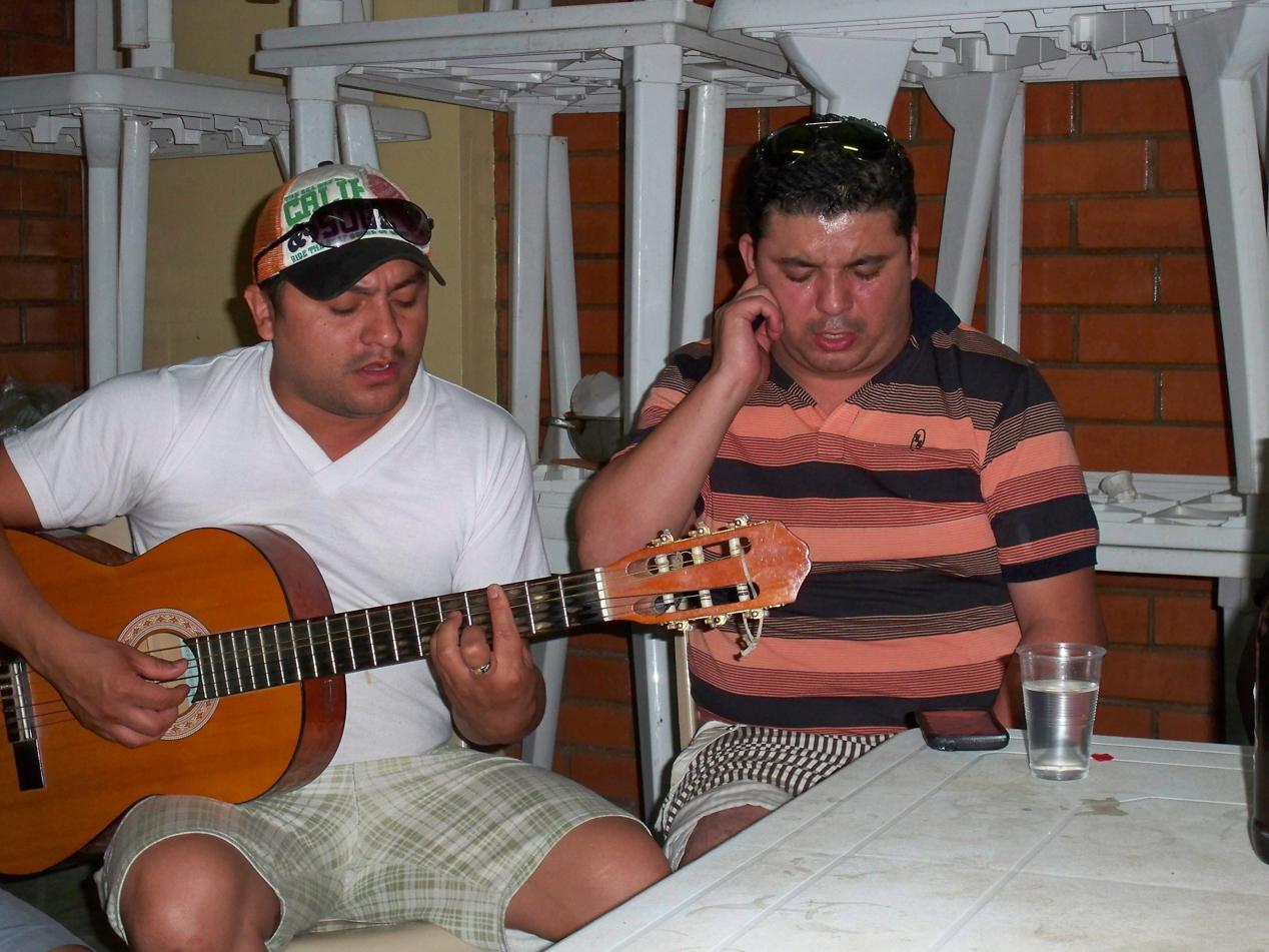 Zu später Stund wurde dann die Gitarre zum Einsatz gebracht. Dann wurden spanische Lieder unter vollem Einsatz zum Besten gegeben.