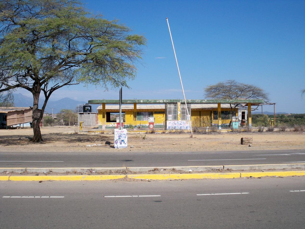 Verlassene Tankstelle am Wegesrand.