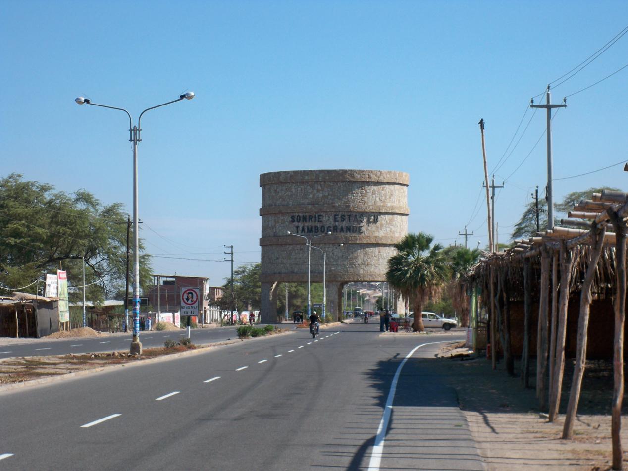 Einfahrt in die hektische Stadt, Tambogrande. Die ganze Stadt schien ein hektischer Markt zu sein.