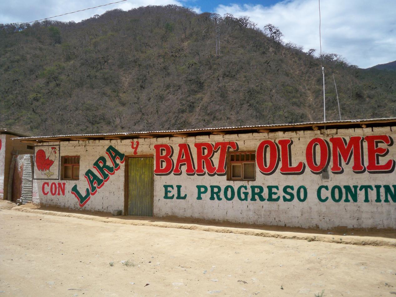 Es steht eine Wahl bevor. Hauswände sind hier in Peru die wichtigsten Werbeflächen.