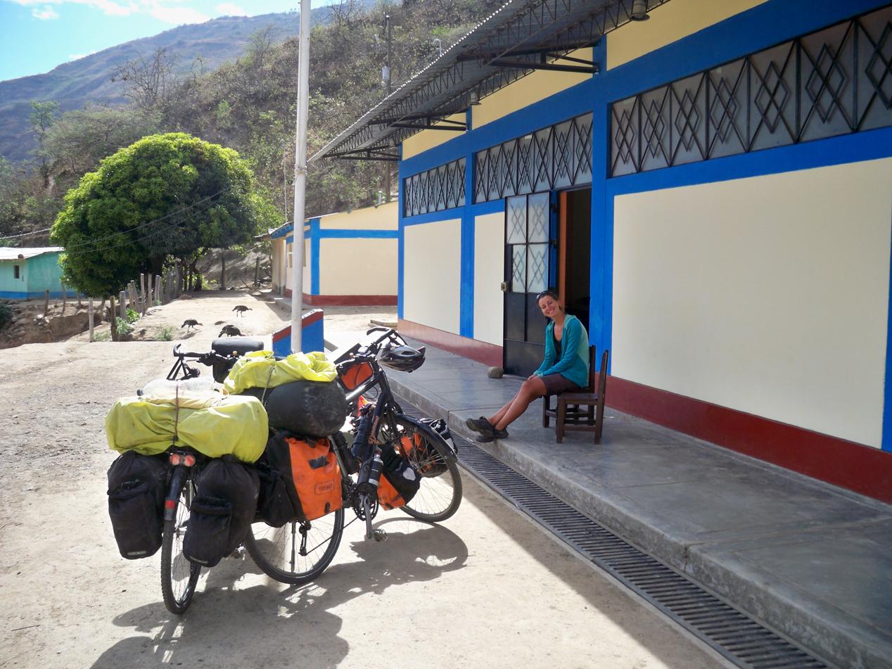 Wir haben es geschafft und erholen uns erstmal im Schatten des Gebäudes. In diesem Schulgebäude haben wir in Chinche übernachtet.
