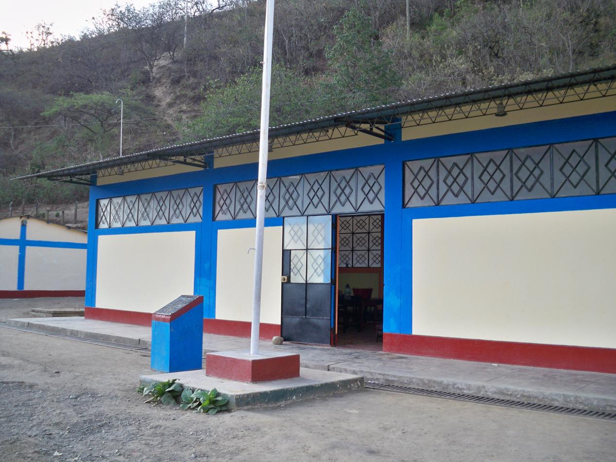 Einen Fahnenmast gibt es auf jedem Schulgelände. Jeden Montag und Donnerstag beginnt der Schultag mit einem Fahnenapell. Dabei wird die Fahne unter Gesang der Nationalhymne von Peru, wieder gehisst.