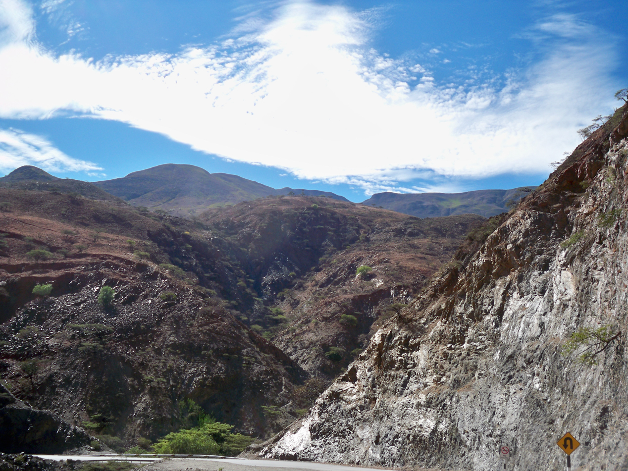 Umringt von hohen Bergketten, geht es hinab in das Tal von dem Rio Huancabamba.