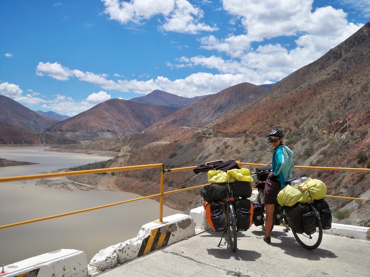 Pause mit dem Blick über einen Stausee von dem Rio Huancabamba.