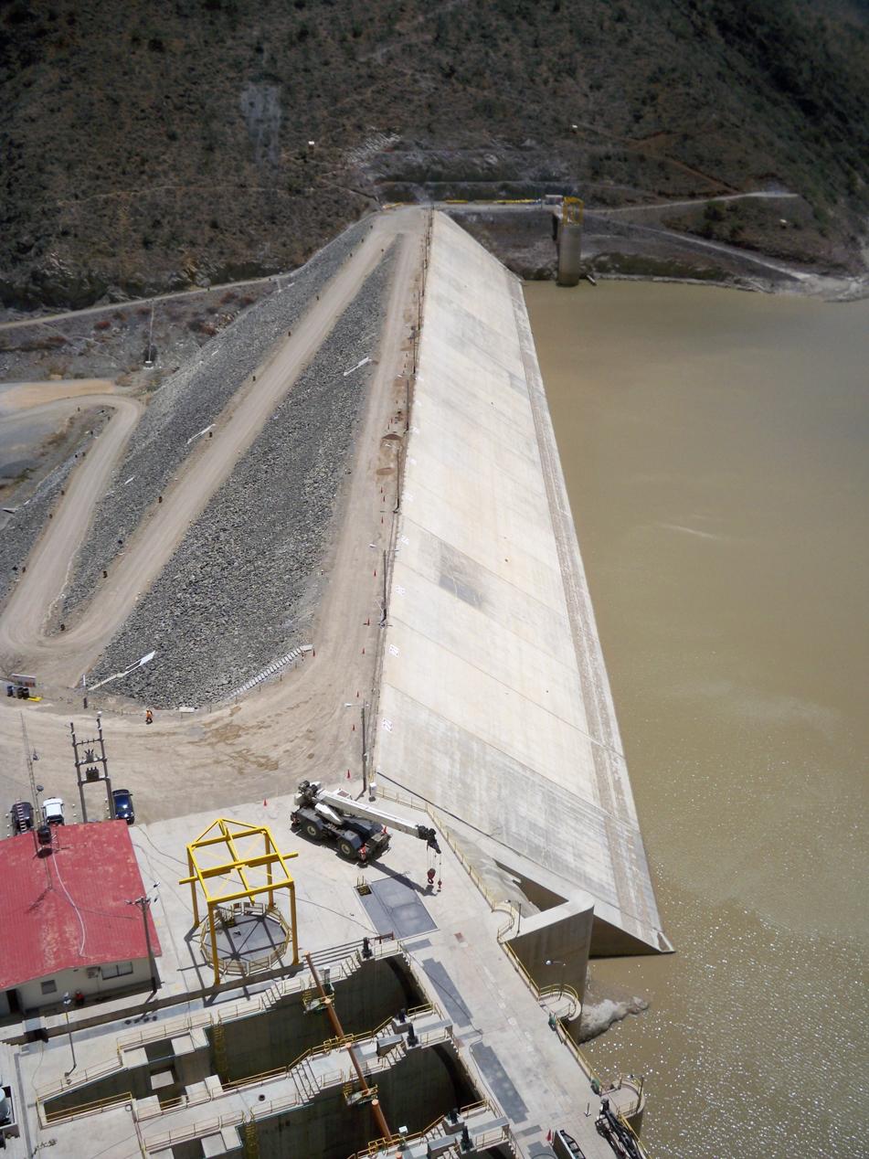 Staumauer mit angrenzendem Turbinenwerk.