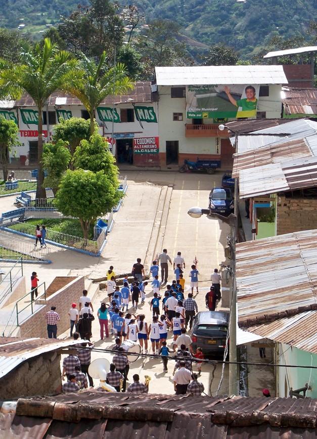 In dem Dorf wurde das Schulfest sehr pompös gefeiert. Hier kreist gerade ein Umzug mit Blaskapelle durch die Gassen.